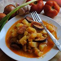 Овощное рагу с запеченной колбасой