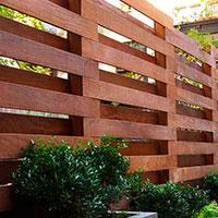 Лучшие заборы и ограждения для частного дома: фото интересных вариантов, из чего сделать забор