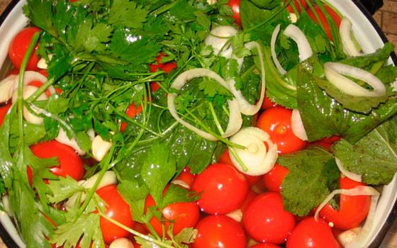 посолить помидоры в ведре пластиковом с горчицей