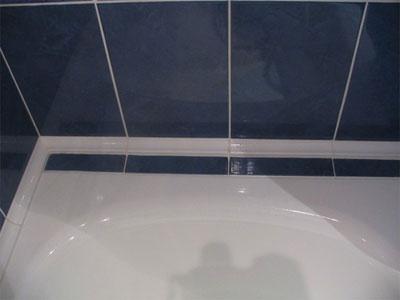 как заделать щель между ванной и стеной