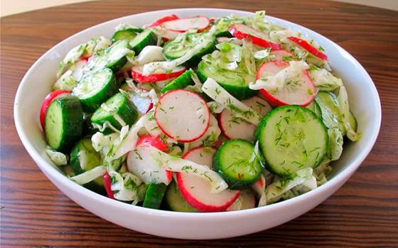 Салат из огурца редиса и помидора