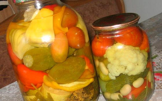 Маринованное ассорти с огурцами и помидорами